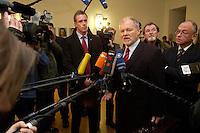 31 JAN 2005, BERLIN/GERMANY:<br /> Harald Ringstorff, SPD, Ministerpraesident Mecklenburg-Vorpommern, gibt Journalisten ein Statement, vor Beginn der Konferenz der ostdeutschen Ministerpraesidenten, Landesvertretung Sachsen<br /> IMAGE: 20050131-01-002<br /> KEYWORDS: Mikrofon, microphone, Kamera, Camera, Journalist