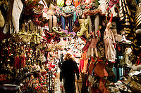 """3 Dicembre 2008. New York, NY. Una signora incuriosita cammina nel negozio di decorazioni """"Jonathan"""", sulla 56th street. Ogni anno le strade e i negozi di New York City sfoggiano decorazioni natalizie che attraggono turisti da tutto il mondo.<br /> ©2008 Gianni Cipriano per Io Donna / Corriere della Sera<br /> cell. +1 646 465 2168 (USA)<br /> cell. +1 328 567 7923 (Italy)<br /> gianni@giannicipriano.com<br /> www.giannicipriano.com"""