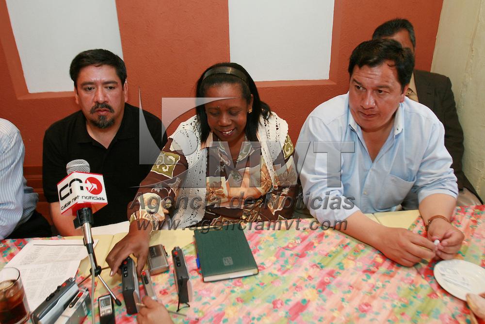 Metepec, Mex.- Oscar Gonzalez Ya&ntilde;ez, alcalde de Metepec, recibe a Barabara Iglesia y Chuco Escamilla, organizadores del XII Encuentro Nacional de Solidaridad con Cuba, a desarrollarse en Metepec los dias 31 de Marzo y 1 de Abril y donde participaran delegaciones de toda la repubica mexicana y agregados de embajadas sudamericanas. Agencia MVT / Mario Vazquez de la Torre. (DIGITAL)<br /> <br /> <br /> <br /> <br /> <br /> <br /> <br /> NO ARCHIVAR - NO ARCHIVE