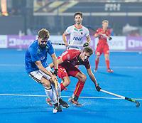 BHUBANESWAR (INDIA) - Martin Haner (Ger) als vliegende keeper   Antoine Kina (Belgie) ,   tijdens kwartfinale Duitsland-Belgie  bij het WK Hockey heren. COPYRIGHT KOEN SUYK