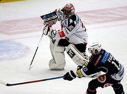 25.09.2015, Stadthalle, Villach, AUT, EBEL, EC VSV vs HC TWK Innsbruck Die Haie, 5. Runde, im Bild Andy Chiodo (Innsbruck) und Ziga Pance (VSV) // during the Erste Bank Icehockey League 5th round match between EC VSV vs HC TWK Innsbruck Die Haie at the City Hall in Villach, Austria on 2015/09/25, EXPA Pictures © 2015, PhotoCredit: EXPA/ Oskar Hoeher