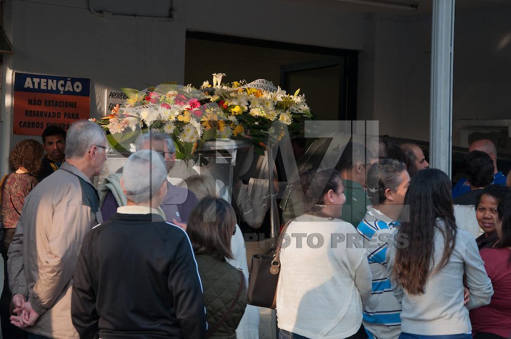 SÃO PAULO-SP-17,08,2014- VELÓRIO DE ÁLVARO TENO/ATROPELADO NA USP - Familiares e amigos acompanham o velório de Álvaro Teno no cemitério do Araçá.A imprensa foi impedida de fotografar.Região Oeste da cidade de São Paulo,na tarde desse Domingo,17 (Foto:Kevin David/Brazil Photo Press)