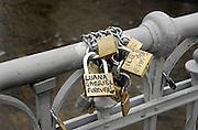 Italie, Bolzano, 9-3-2008Verliefde stelletjes hebben aan de reling van een brug slotjes gehangen en het sleuteltje in de rivier gegooid, als symbool voor hun liefde.Foto: Flip Franssen