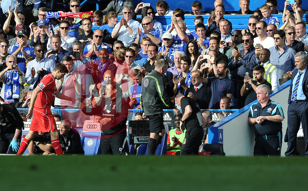 Liverpool's Steven Gerrard receives a standing ovation from the chelsea fans. Chelsea Manager, Jose Mourinho (far right ) watches Liverpool's Steven Gerrard come off.  - Photo mandatory by-line: Alex James/JMP - Mobile: 07966 386802 - 10/05/2015 - SPORT - Football - London - Stamford Bridge - Chelsea v Liverpool - Barclays Premier League