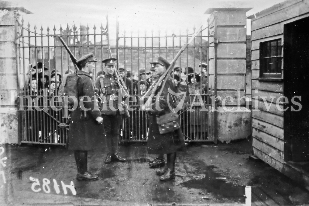 British troops and National Army troops at the British military headquarters at Infirmary Road, Dublin. (Part of the Independent Newspapers Ireland/NLI Collection)