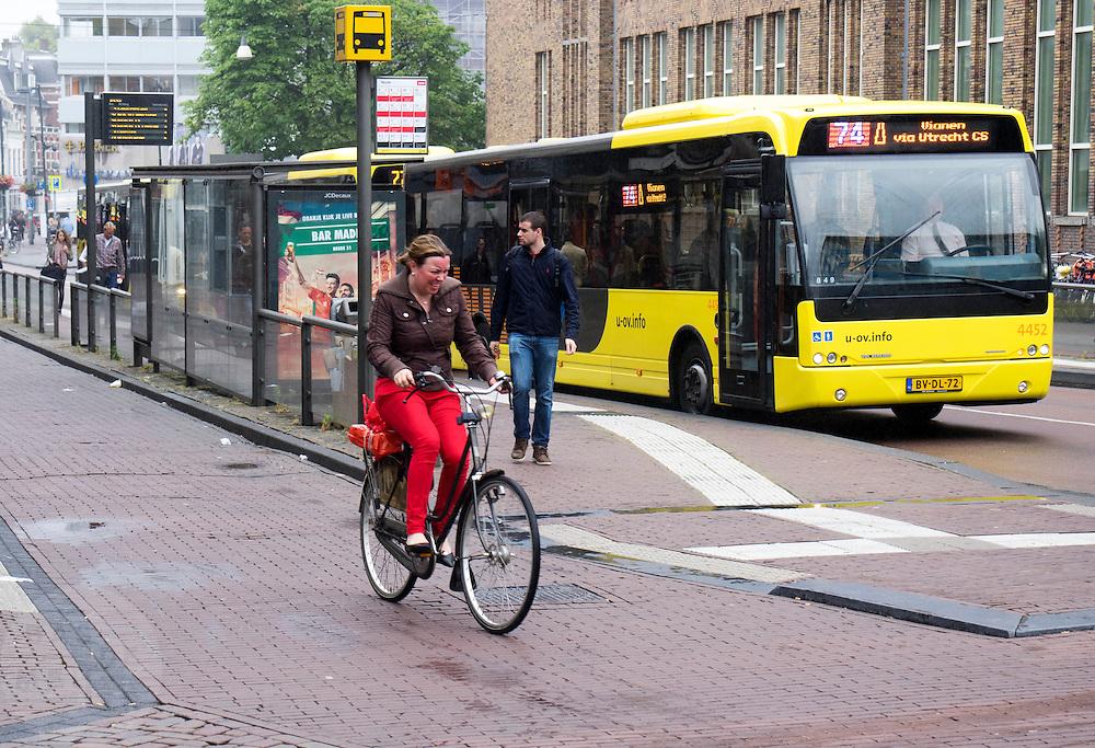 In Utrecht verbijt een vrouw zich als ze door de regen moet fietsen.<br /> <br /> In Utrecht a woman is cycling in the rain.