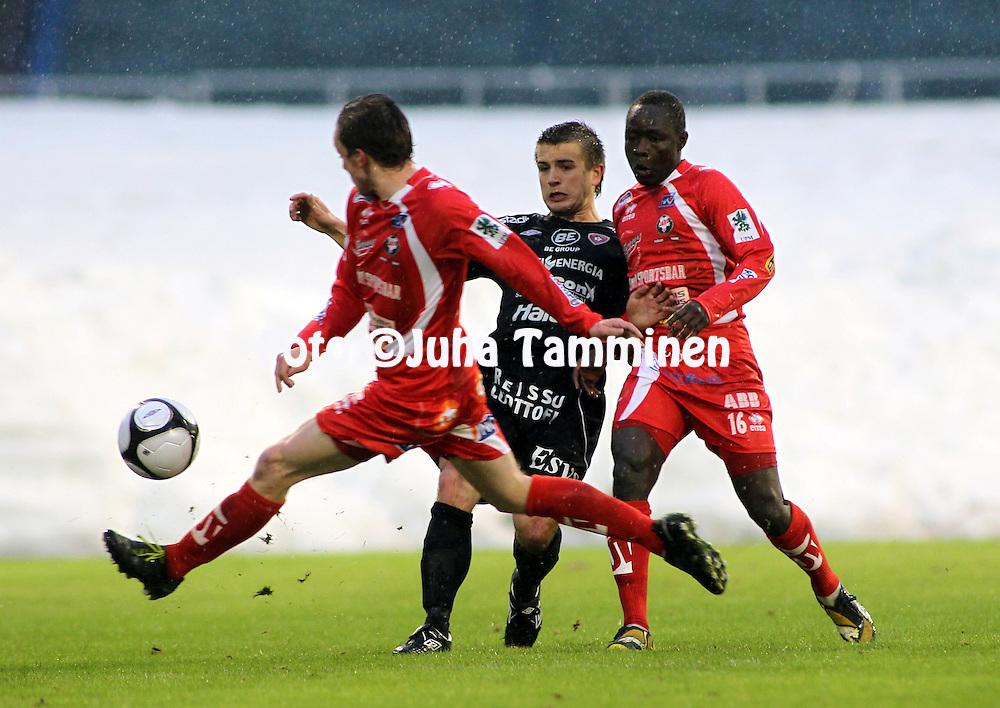 17.04.2010, Stadion, Lahti..Veikkausliiga 2010, FC Lahti - FF Jaro..Eero Korte (FC Lahti) v Papa Niang & Tillmann Grove (Jaro).©Juha Tamminen.