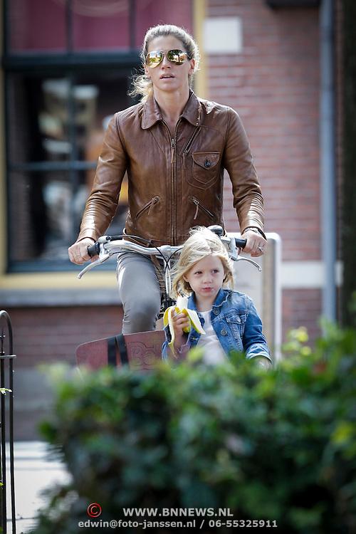 NLD/Laren/20120730 - Danielle Oerlemans - Overgaag en dochtertje op de bakfiets in Laren,
