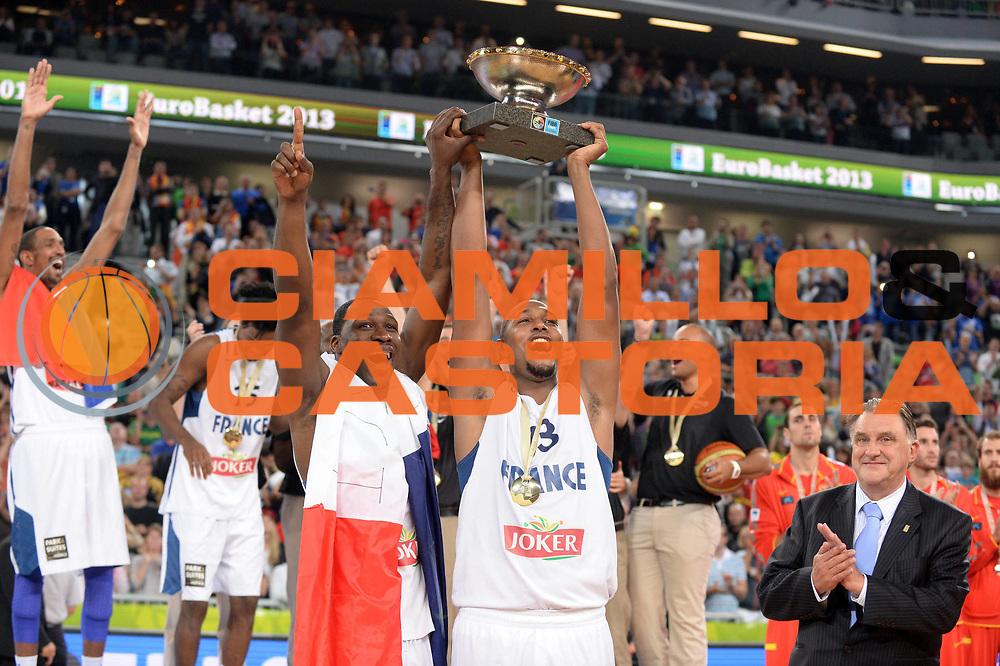 DESCRIZIONE : Lubiana Ljubliana Slovenia Eurobasket Men 2013 Finale Final Francia France Lituania Lithuania<br /> GIOCATORE : Boris Diaw Mickael Gelabale<br /> CATEGORIA : Premiazione Esultanza<br /> SQUADRA : Francia France <br /> EVENTO : Eurobasket Men 2013<br /> GARA : Francia France Lituania Lithuania<br /> DATA : 22/09/2013 <br /> SPORT : Pallacanestro <br /> AUTORE : Agenzia Ciamillo-Castoria/Max.Ceretti<br /> Galleria : Eurobasket Men 2013<br /> Fotonotizia : Lubiana Ljubliana Slovenia Eurobasket Men 2013 Finale Final Francia France Lituania Lithuania<br /> Predefinita :