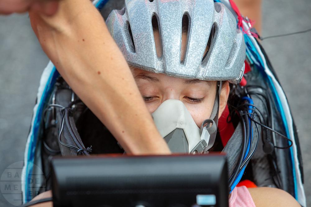 Jennifer Breet zit in de VeloX. Op een weg in Delft worden de eerste meters afgelegd met de nieuwe recordfiets, de VeloX 8. In september wil het Human Power Team Delft en Amsterdam, dat bestaat uit studenten van de TU Delft en de VU Amsterdam, tijdens de World Human Powered Speed Challenge in Nevada een poging doen het wereldrecord snelfietsen voor vrouwen te verbreken met de VeloX 8, een gestroomlijnde ligfiets. Het record is met 121,81 km/h sinds 2010 in handen van de Francaise Barbara Buatois. De Canadees Todd Reichert is de snelste man met 144,17 km/h sinds 2016.<br /> <br /> At a road in Delft the team tests the VeloX 8 for the first time. With the VeloX 8, a special recumbent bike, the Human Power Team Delft and Amsterdam, consisting of students of the TU Delft and the VU Amsterdam, also wants to set a new woman's world record cycling in September at the World Human Powered Speed Challenge in Nevada. The current speed record is 121,81 km/h, set in 2010 by Barbara Buatois. The fastest man is Todd Reichert with 144,17 km/h.