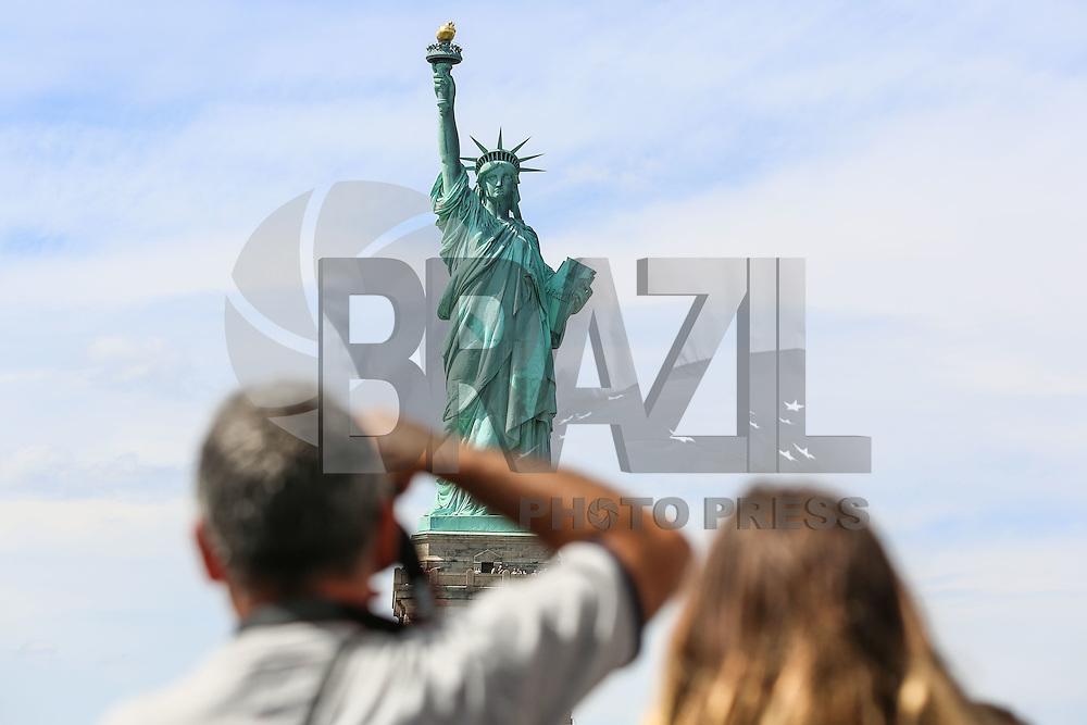 NOVA YORK, EUA, 13.08.2015 - TURISMO-NEW YORK - Vista da Estatua da Liberdade na Ilha da Liberdade, na entrada do Porto de Nova Iorque nos Estados Unidos nesta quinta-feira, 13. (Foto: William Volcov/Brazil Photo Press/Folhapress)