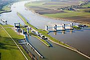 Nederland, Noord-Brabant, Lith, 11-02-2008; stuw in de rivier de Maas, dient om de waterloop te reguleren en het peil te beheren; de Maas is een regenrivier, met met name in de winter grote wateraanvoer (ook door smeltwater), in de zomer (droogte) zorgt de stuw er voor dat de schepvaart kan blijven doorgaan; in Lith zijn twee sluizen en is naast de stuw (rechts) een waterkrachtcentrale gebouwd; sluis en stuw zijn voltooid in 1936, nu rijksmonument; sluis, sluiskolk, schutten..luchtfoto (toeslag); aerial photo (additional fee required); .foto Siebe Swart / photo Siebe Swart