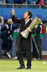 12.05.2010, Hamburg Arena, Hamburg, GER, UEFA Europa League Finale, Atletico Madrid vs Fulham FC im Bild.Atletico de Madrid's coach Quique Sanchez Flores celebrates with trophy. EXPA Pictures © 2010, PhotoCredit: EXPA/ nph/  Alvaro Hernandez / SPORTIDA PHOTO AGENCY