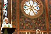 Annemieke Duurkoop geeft haar eerste toespraak als plebaan. Op zondag 31 oktober is in de Getrudiskathedraal in Utrecht  Annemieke Duurkoop als eerste vrouwelijke plebaan van Nederland geïnstalleerd. Duurkoop wordt de nieuwe pastoor van de Utrechtse parochie van de Oud-Katholieke Kerk (OKK), deze kerk heeft geen band met het Vaticaan. Een plebaan is een pastoor van een kathedrale kerk, die eindverantwoordelijk is voor een parochie. Eerder waren bij de OKK al twee vrouwelijk priesters geïnstalleerd, maar die zijn geen plebaan.<br /> <br /> Annemieke Duurkoop is giving her first speech as dean. At the St Getrudiscathedral in Utrecht the first female dean of the Old-Catholic Church (OKK), Annemieke Duurkoop, is installed together with a new pastor Bernd Wallet. The church has no connections with the Vatican.