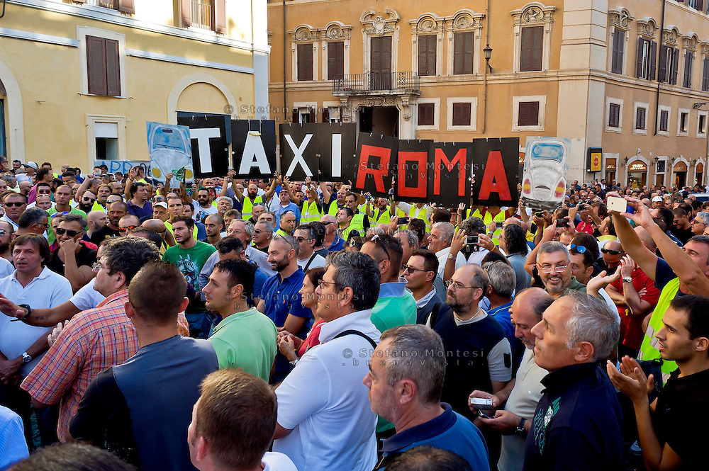 Roma 10 Settembre 2015<br />  I tassisti romani protestano davanti a piazza Montecitorio per chiedere la cancellazione degli emendamenti presentati da alcuni deputati  a favore della multinazionale americana Uber. I tassisti denunciano  che il vice Presidente di Uber e il nuovo manager per l'Italia, sono stati avvistati in mattinata a palazzo Chigi sede del Governo Renzi e nella  sede del Partito Democratico.<br /> Rome September 10, 2015<br />  The Roman taxi drivers are protesting in front of Piazza Montecitorio to ask the cancellation of the amendments tabled by Members in favor of the American multinational Uber. Taxi drivers denounce that the Vice President of Uber and the new manager for Italy, were spotted  at Palazzo Chigi, the seat of the government Renzi and  in the headquarters of the Democratic Party.