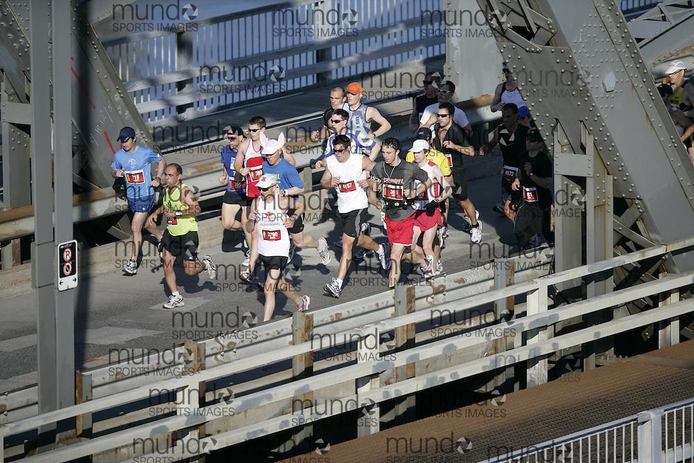 Ottawa, Ontario ---24/05/09--- Runners run across the Alexandra Bridge during the 2009 Ottawa Marathon, May 24, 2009.GEOFF ROBINS Mundo Sport Images