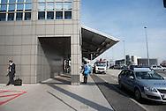 Am Hamburger Flughafen ist Pfandsammeln wieder erlaubt. Für viele Menschen ist das Sammeln von Dosen und Pfandflaschen zu einer wichtigen Einnahmequelle geworden.