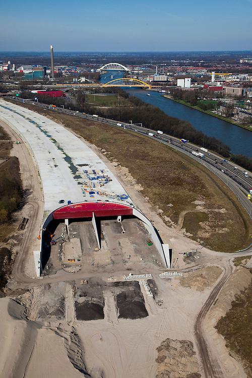 Nederland, Utrecht, Leidsche Rijn, 20-03-2009; aanleg landtunnel A2, ook wel overkluizing A2. De ingang van de tunnel, gezien naar het noorden..De bovengrondse tunnel wordt gebouwd om geluidsoverlast tegen te gaan. Ook verwacht men door aanleg van gebouwen en een park op het dak van de overkapping, de barrierewerking van de snelweg, gelegen tussen Leidsche Rijn en het centrum van Utrecht, tegen te gaan. Ook wordt de snelweg verlegd, verder af van het Amsterdam-Rijnkanaal (rechts in beeld), daardoor ontstaat ruimte voor een woonwijk op de plaats van de oude weg. Construction of tunnel to reduce noise nuisance and overcome the psychological barrier of the motorway between this area en the center of Utrecht..Swart collectie, luchtfoto (toeslag); Swart Collection, aerial photo (additional fee required); .foto Siebe Swart / photo Siebe Swart