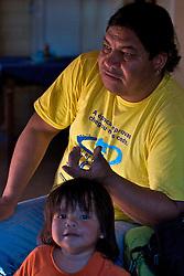 """Graduado em Sociologia e Pedagogia e nascido há 36 anos na terra indígena da Guarita, em Tenente Portela, Zaqueu J˙pry Claudino é conhecido na aldeia kaingangue da Lomba do Pinheiro, em Porto Alegre, como """"Professor"""". Ele integra o conselho indígena da comunidade que tem como líder o cacique Claudir e atualmente reúne 36 famÌlias na Zona Leste de Porto Alegre. Zaqueu dá aulas na escola indígena localizada na própria aldeia e leciona História em uma escola Estadual de Primeiro Grau. FOTO: Itamar Aguiar/Preview.com"""