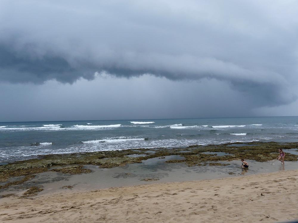 EN&gt; A storm front approaching the coast. |<br /> SP&gt; Una tormenta se acerca a la costa