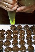 Nederland, Zutphen, 17-6-2009Winkels en horeca. Een bonbonniere maakt met chocola zelf bonbons.Foto: Flip Franssen/Hollandse Hoogte