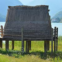 I pali delle Palafitte del Lago di Ledro;<br /> bagnanti vicino alla Palafitta dello sciamano del Lago di Ledro.