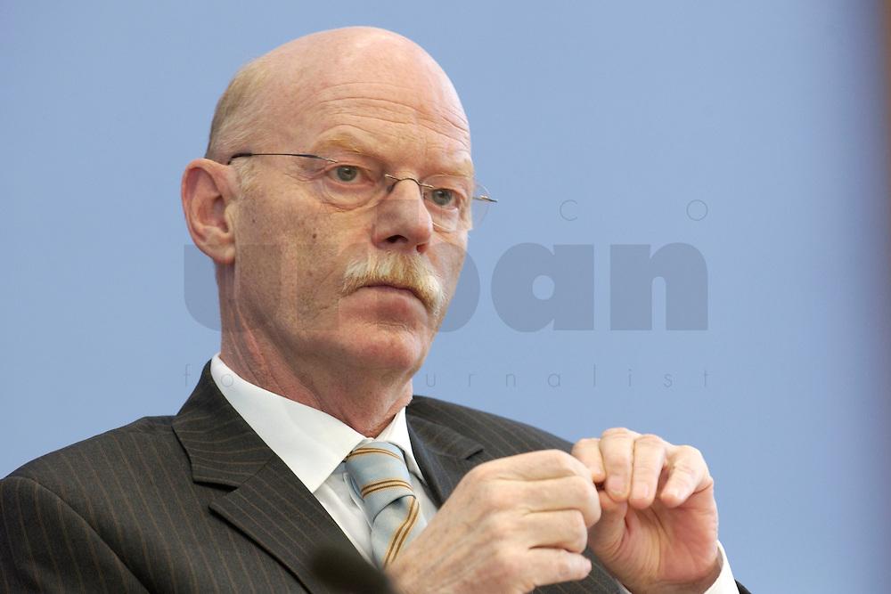 30 MAR 2004, BERLIN/GERMANY:<br /> Peter Struck, SPD, Bundesverteidigungsminister, waehrend einer Pressekonferenz zum neuen Ausruestungs- und Materialkonzept der Bundeswehr, Bundespressekonferenz<br /> IMAGE: 20040330-02-019