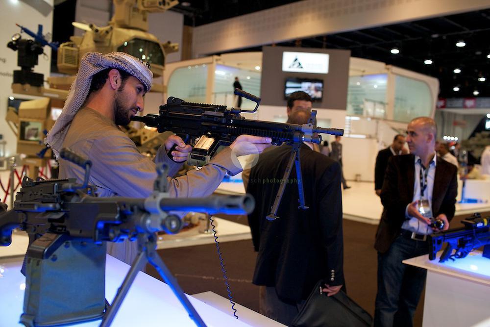 IDEX 2011 in Abu Dhabi. ASIEN, VEREINIGTE ARABISCHE EMIRATE, EMIRAT ABU DHABI, ABU DHABI, 23.02.2011: Die International Defence Exhibition & Conference 2011 (IDEX) findet alle zwei Jahre in Abu Dhabi statt. Ein Pflichttermin im Kalender von Waffenfabrikanten, Regierungen, Generalstaeben. Beliebt ist die Idex auch bei Schulklassen, Familien, Privatleuten, allen, die auch einmal in eine hypermoderne Schlachtfeldmontur schluepfen moechten oder in eine Panzerluke. Denn zur Idex zugelassen sind nicht nur Waffenhaendler und Militaers, es ist eine Publikumsmesse fuer jedermann.