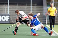 AMSTELVEEN - Hockey - Hoofdklasse competitie heren. AMSTERDAM-KAMPONG (2-2). Floris de Ridder (Kampong) met links Max Sweering (A'dam)    COPYRIGHT KOEN SUYK