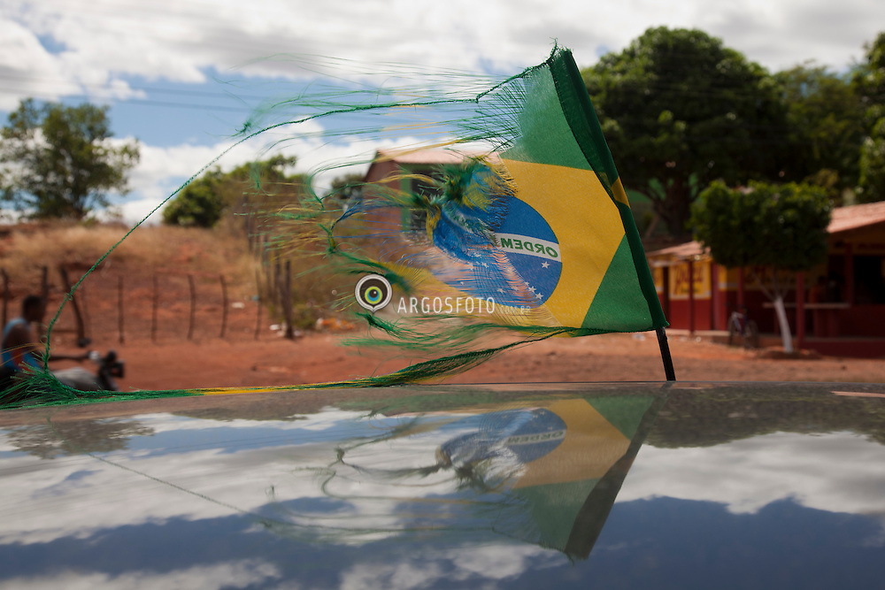 Bandeira brasileira rasgada, enfeite de um carro durante a Copa do Mundo 2010, em que o Brasil acabou eliminado nas oitavas de final. / Brazilian flag torn, ornament of a car during the 2010 World Cup, where Brazil was eliminated in the second round of finals.