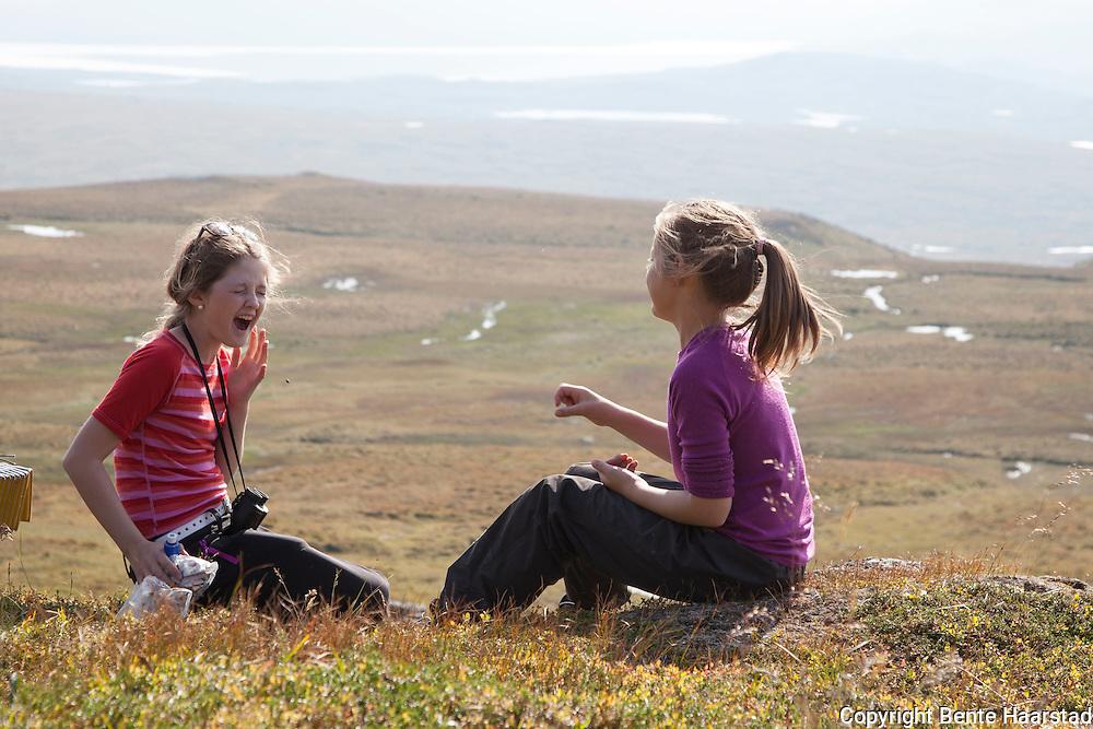 Anne Brynhildsvoll og Mari Tamnes leker med kreklingbær.