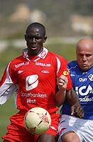 Seyi Olofinjana, Brann. Magnus Svensson, Halmstad. Brann - Halmstad 0-0. Treningskamp. La Manga, Spania. 12. mars 2004. (Foto: Peter Tubaas/Digitalsport)