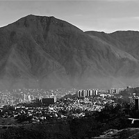 Foto panoramica del parque nacional El Avila (Parque nacional Waraira Repano) en la ciudad de Caracas, Venezuela. Panoramic photo of Avila National Park in Caracas, Venezuela. Enero, 10 del 2011. Copyright Jimmy Villalta. Las impresiones realizadas en Plotter Epson 9700, con los mas altos niveles de calidad, en papel aleman Hahnem&uuml;hle. Impresas en papel fotogr&aacute;fico, canvas, o algod&oacute;n. Tama&ntilde;os desde 150 x 33 cm a 70 x 15 cm o el que usted desee. <br />