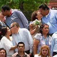 """Metepec, Mexico.- Doscientos veintiseis parejas contrajeron matrimonio civil mediante el programa gubernamental denominado """"Casate en Grande"""". Agencia MVT / Mario Vazquez de la Torre."""