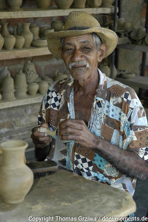 Dieser ?ber 90-j?hrige Kubaner modelliert in der Stadt Trinidad in einem Souvenir- und Kunstgewerbe-Laden Ton-Vasen und -t?pfe