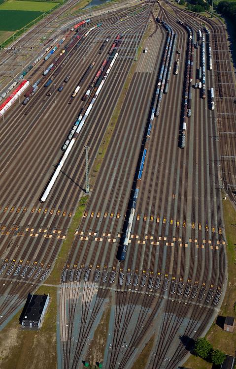Nederland, Zuid-Holland, Zwijndrecht, 12-06-2009; Kijfhoek, rangeerterrein voor goederentreinen, detail van de verdeelsporen met onder in beeld de railremmen. De Betuweroute, die begint als Havenspoorlijn op de Maasvlakte, verbindt via Kijfhoek de Rotterdamse haven met het achterland. Kijkhoek huisvest Keyrail, exploitant Betuweroute en is in beheer bij ProRail.Het rangeeremplacement dient voor het sorteren van goederenwagons waarbij gebruik gemaakt wordt van de zwaartekracht, het heuvelen: de wagons worden de heuvel opgeduwd, bij het de heuvel afrollen komen ze, door middel van wissels, op verschillende verdeelsporen, railremmen zorgen voor het automatisch remmen van de wagons. Na het heuvelproces staan de nieuw samengestelde treinen op aparte opstelsporen.Kijfhoek, railway yard used by ProRail and Keyrail (Betuweroute operator). Kijfhoek connects via the Betuweroute (beginning as Havenspoorlijn on the Maasvlakte), through the port of Rotterdam with the hinterland. The shunting yard for sorting wagons makes use of gravity. The new trains are assembled on separate tracks.luchtfoto (toeslag), aerial photo (additional fee required).foto/photo Siebe Swart