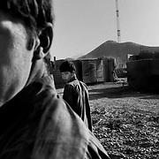 Ragazzi afghani ripuliscono la base