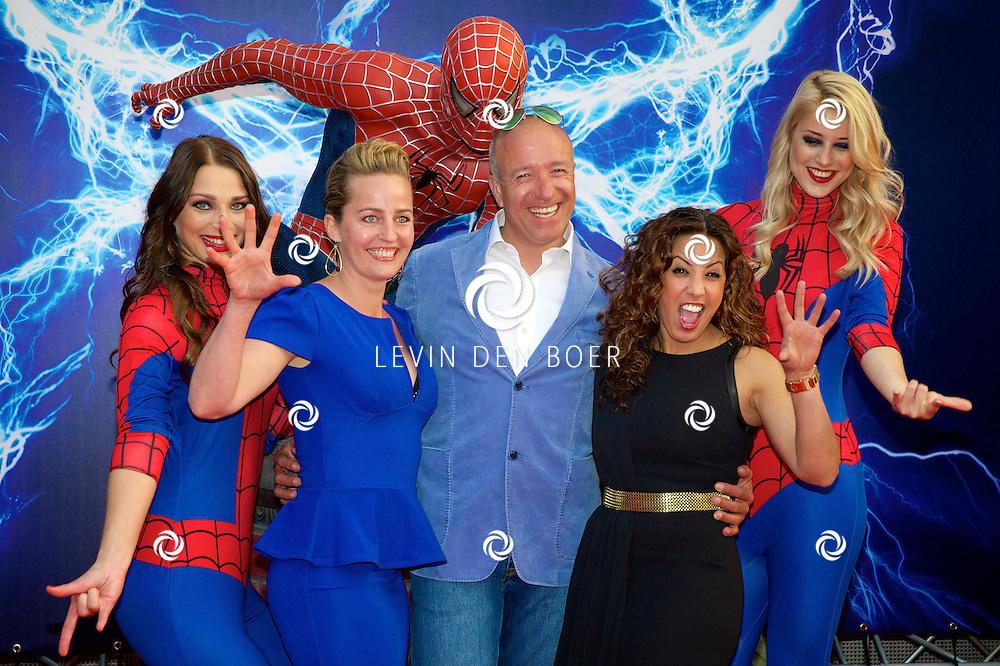 AMSTERDAM - Bij het Pathe ArenA Theater is de filmpremière van Spiderman II gehouden. Met hier op de foto Tom Coronel, Esther Schouten (blauwe Jurk) en Aicha Marghadi (Zwarte Jurk). FOTO LEVIN DEN BOER - PERSFOTO.NU