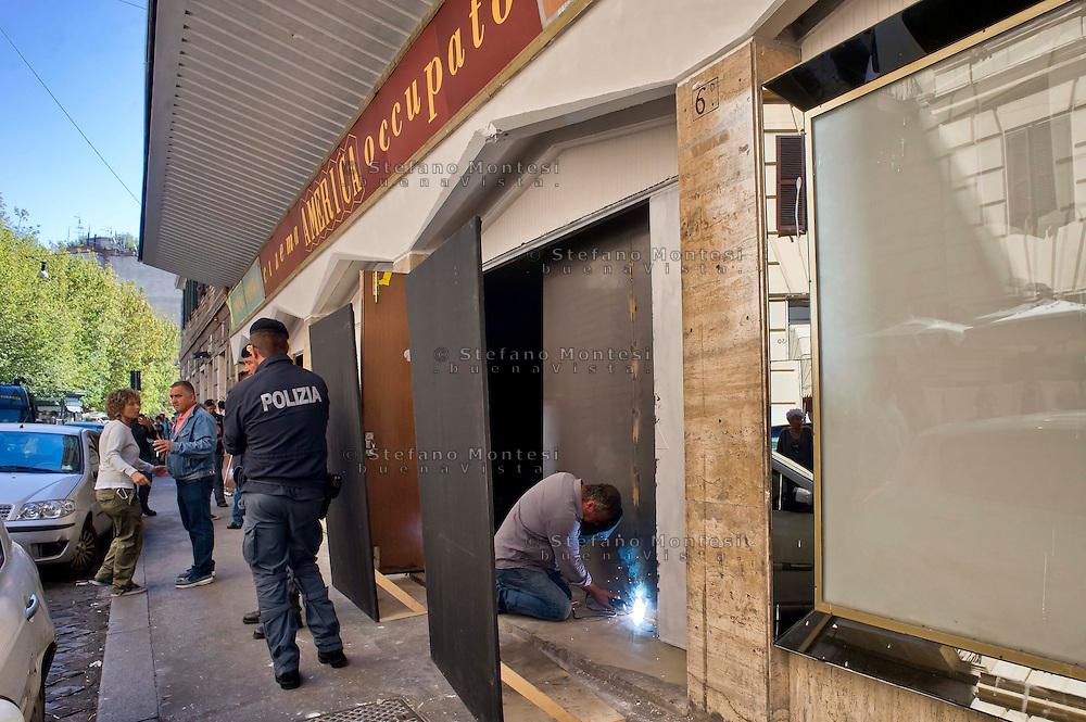 Roma  3 Settembre 2014<br /> Sgomberato dalle forze dell'ordine il Cinema America Occupato  a Trastevere. Occupato il 13 Novembre 2012  da un comitato di abitanti e giovani del quartiere dopo  14 anni di abbandono da parte della propriet&agrave;. Gli operai della propriet&agrave; saldano le porte del cinema protetti dalla polizia.<br /> Rome, September 3, 2014 <br /> Police evicted the Cinema America  occupied in Trastevere. Busy November 13, 2012 by a committee of residents and the youth of the district after 14 years of neglect on the part of the property.  The workers of the property weld the doors of the cinema protected by police.