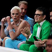 DUI/Berlin/20100528 - Finale Let's Dance 2010, Brigitte Nielsen maakt pijpbewegingen naar de jury