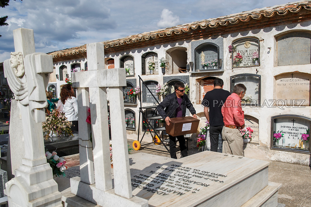 19/05/2018. Relatives carry the remains of Crisanto Romo Corona who was assassinated by dictator Francisco Franco's forces during his burial at the cemetery on May 19, 2018 in Sacedon, Guadalajara province, Spain. General Franco's forces killed Timoteo Mendieta and other people between 1939 and 1940 after Spain's Civil War and buried them in mass graves in Guadalajara's cemetery. Argentinian judge Maria Servini used the international human rights law and ordered the exhumation and investigation of Mendieta's mass grave. The exhumation was carried out by Association for the Recovery of Historical Memory (ARMH) recovering 50 bodies from 2 mass graves and identified 24 of them. Spain's Civil War took the lives of thousands of people on both sides, but Franco continued his executions after the war has finished. Spanish governments has never done anything to help the victims of the Civil War and Franco's dictatorship while there are still thousands of people missing in mass graves around the country. (© Pablo Blazquez)