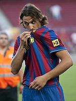 Fotball<br /> Spania<br /> 27.07.2009<br /> Foto: Cordon Press/Digitalsport<br /> NORWAY ONLY<br /> <br /> Neuzugang Zlatan Ibrahimovic (FC Barcelona) küsst das Trikot seines neuen Vereins