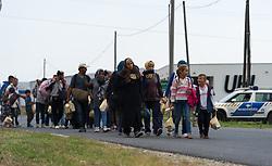 14.09.2015, Heiligenkreuz im Lafnitztal, Burgenland, AUT, Flüchtlinge überqueren die Grenze zwischen Ungarn und Österreich. im Bild Flüchtlinge überqueren die Grenze // refugees crossing border between hungary and austria at Heiligenkreuz im Lafnitztal in Burgenland on 2015/09/14, EXPA Pictures © 2015, PhotoCredit: EXPA/ Michael Gruber