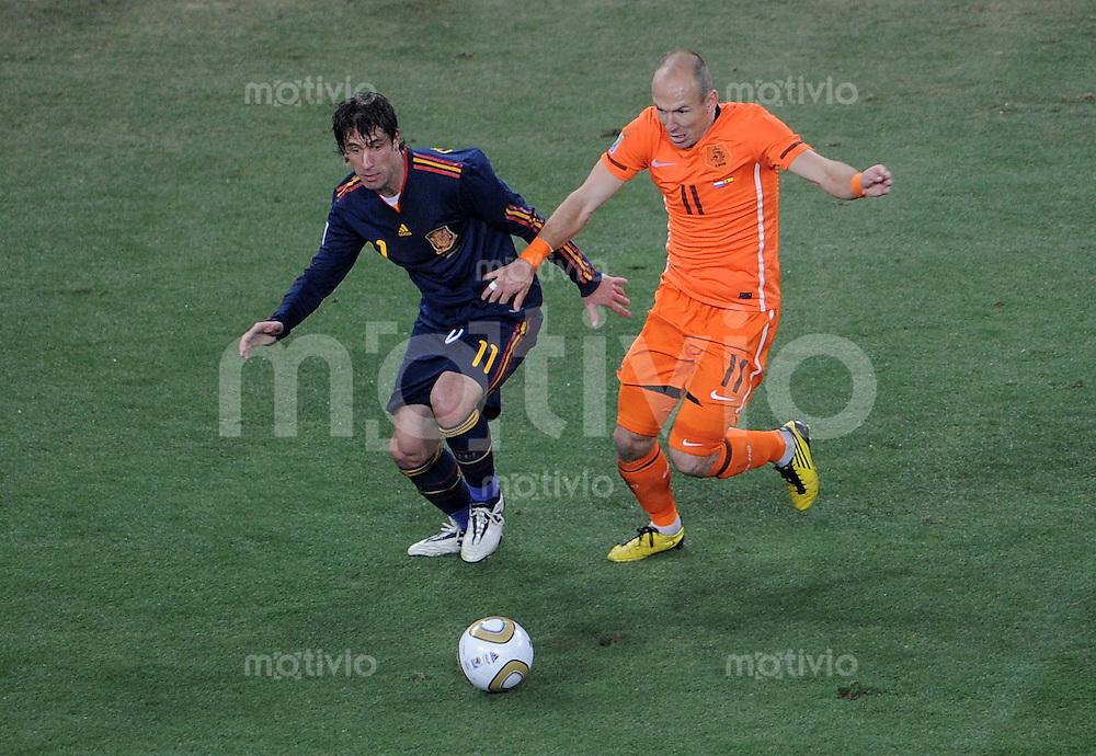 FUSSBALL WM 2010  FINALE   11.07.2010 Holland - Spanien Joan CAPDEVILA (li, Spanien) gegen Arjen ROBBEN (re, Holland)