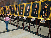"""Besucher vor einer Ausstellung mit Portraits von Veteranen aus dem 2. Weltkrieg im Museum des Großen Vaterländischen Krieges in Moskau. Das Museum befindet sich auf dem Berg """"Poklonnaja Gora"""".<br /> <br /> Visitors infront of an exhibition with portraits of WW II veterans in the Museum of the Great Patriotic War in Moscow at Poklonnaya Gora (Bowing Hill)."""