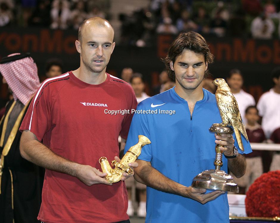 Qatar, Doha, ATP Tennis Turnier Qatar Open 2005, <br /> Roger Federer(SUI) mit Pokal und Ivan Ljubicic(CRO),<br /> Siegerehrung, 08.01.2005,<br /> Foto: Juergen Hasenkopf