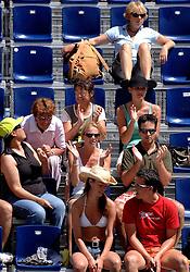 25-07-2007 VOLLEYBAL: WK BEACHVOLLEYBAL: GSTAAD<br /> Publiek supporters toeschouwers beachvolleybal<br /> ©2007-WWW.FOTOHOOGENDOORN.NL