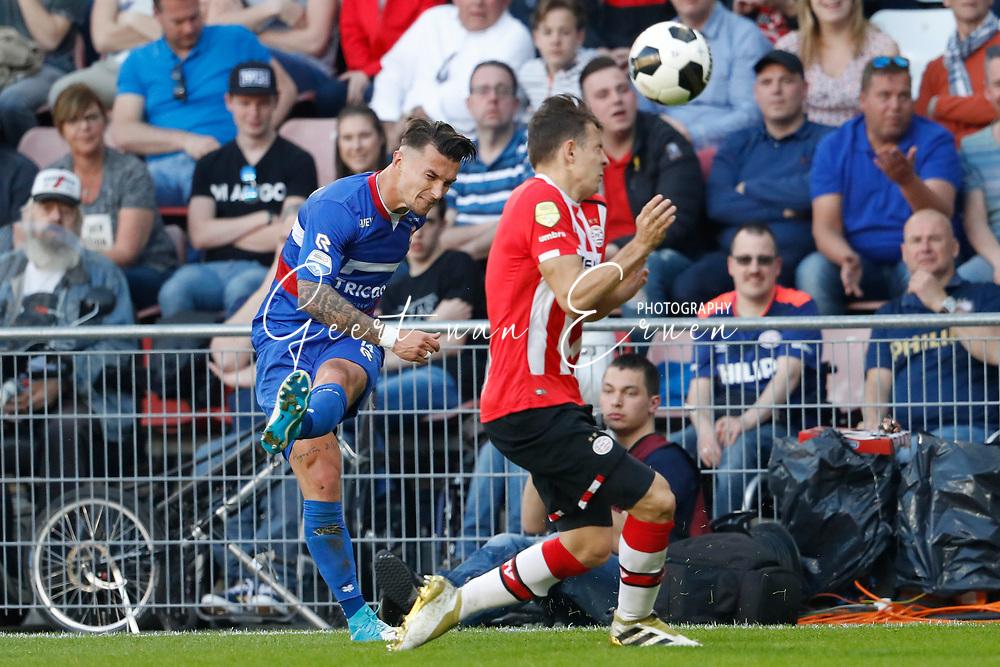 09-04-2017 VOETBAL:PSV-WILLEM II:EINDHOVEN<br /> Jordy Croux van Willem II in duel met Santiago Arias van PSV <br /> <br /> Foto: Geert van Erven
