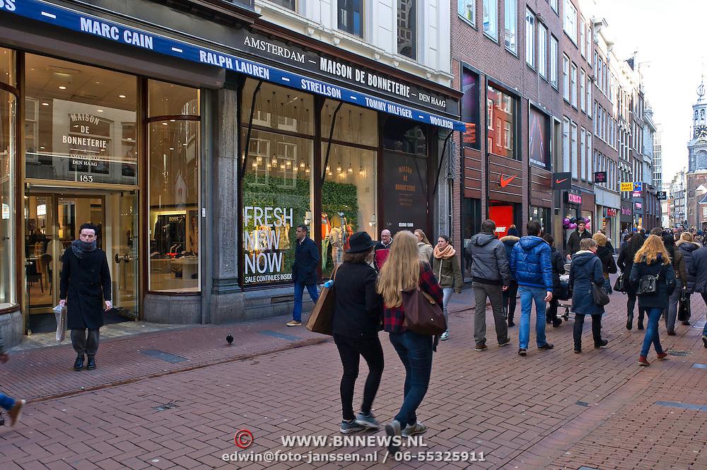 """De luxe warenhuizen van Maison de Bonneterie in Amsterdam en Den Haag gaan na 125 jaar hun deuren sluiten. Door de aanhoudende recessie is het economisch niet langer verantwoord om de winkels open te houden.<br /> Het eerste filiaal van Maison de Bonneterie werd in 1889 geopend aan de Kalverstraat in Amsterdam. Het tweede filiaal werd in 1913 geopend op de hoek van de Gravenstraat en het Buitenhof in Den Haag.<br /> Het bedrijf vraagt geen faillissement aan, dat wil de Maison de Bonneterie hiermee juist voorkomen, aldus de woordvoerder. Volgens het bedrijf is er """"niet voldoende zicht meer op economisch herstel"""" en is het door """"de te lang aanhoudende en buitengewoon hardnekkige recessie in de detailhandel economisch niet langer verantwoord de activiteiten voort te zetten"""". Foto: Maison de Bonneterie ingang aan de Kalverstraat. De winkel loopt door tot de ingang of uitgang aan het Rokin."""