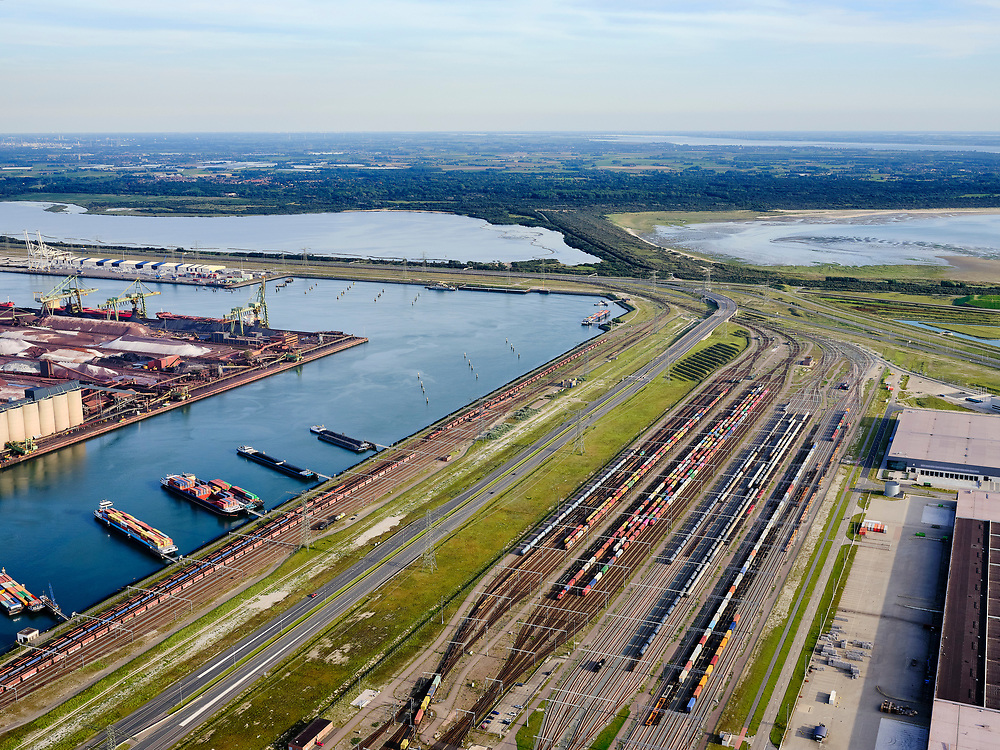 Nederland, Zuid-Holland, Rotterdam, 14-09-2019; Tweede Maasvlakte (MV2),  Hartelhaven (voorgrond), Mississippihaven met EMO (overslag droge bulk, zoals erts en kolen). Aan de Europaweg emplacement Maasvlakte van ProRail.<br /> Second Maasvlakte (MV2), Maasvlakte Plaza. Mississippihaven with EMO (transshipment of dry bulk, such as ore and coal). On the Maasvlakte Europaweg yard of ProRail.<br /> <br /> luchtfoto (toeslag op standard tarieven);<br /> aerial photo (additional fee required);<br /> copyright foto/photo Siebe Swart